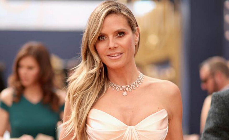 Heidi Klum also stole the show of Emmy Awards 2018 red carpet in a Zac Posen Resort 2019 gown.