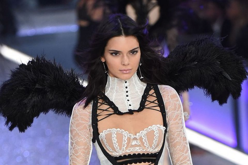 Kendall Jenner is the latest victim of leaked celebrities photos buzz. Her private pictures have been leaked online and these are breaking the internet.