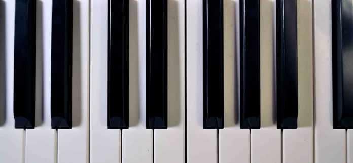 EM piano chord